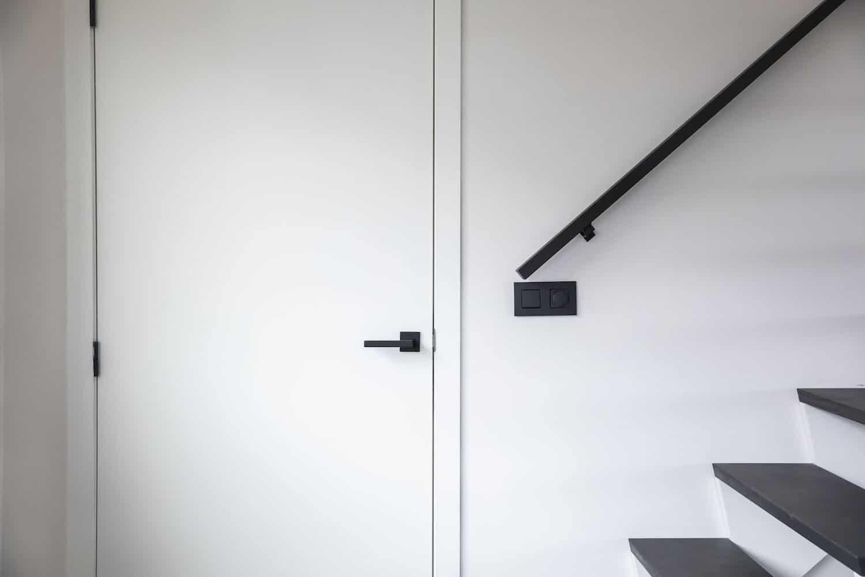 Open Z-trap met één vrije zijde. Tredes in Franse eik, overige delen zijn gelakt