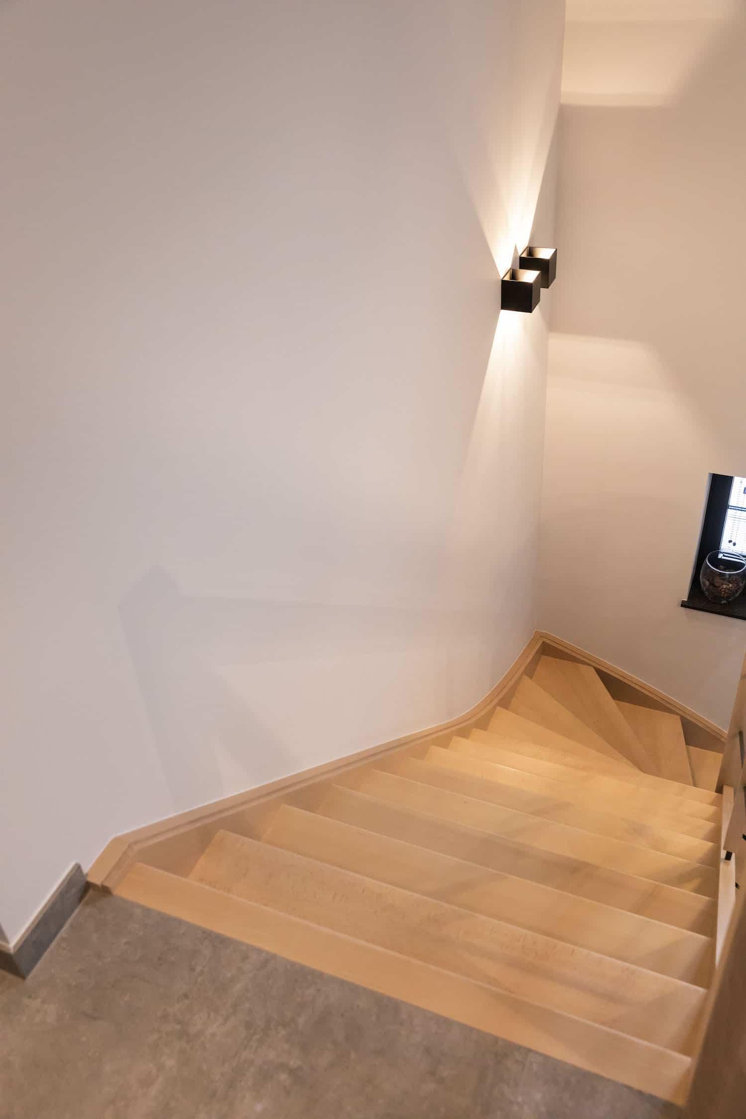 Tradionele open trap in beuk met leuning model inox zwart gelakt