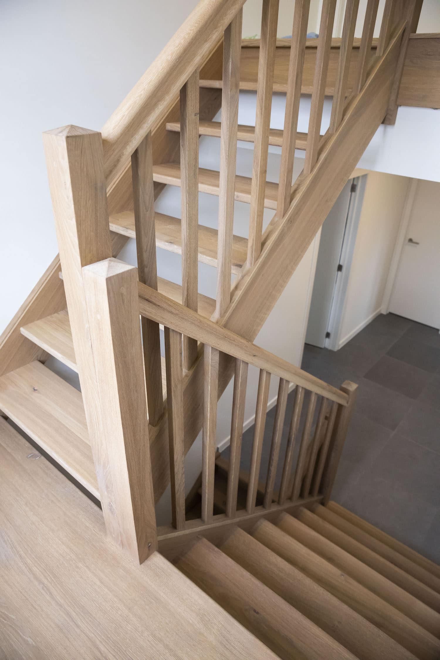 Tradionele gesloten en open trap in Franse eik met vierkante palen en rechte spillen